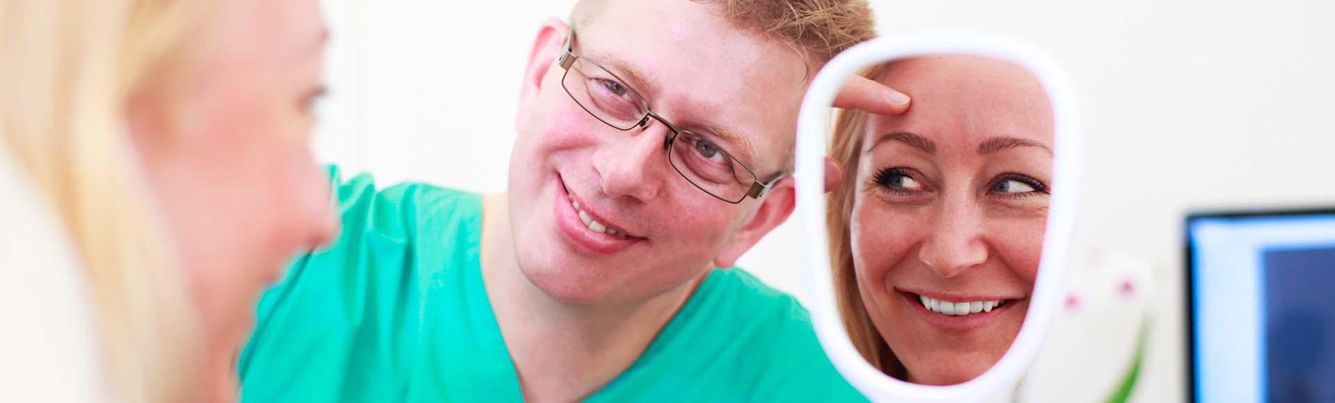 Thomas med patient som ser sig selv i spejlet