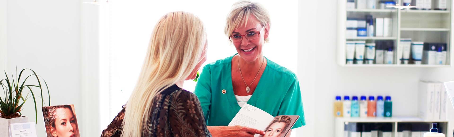 Anne Birgitte rådgiver patient ved skranken